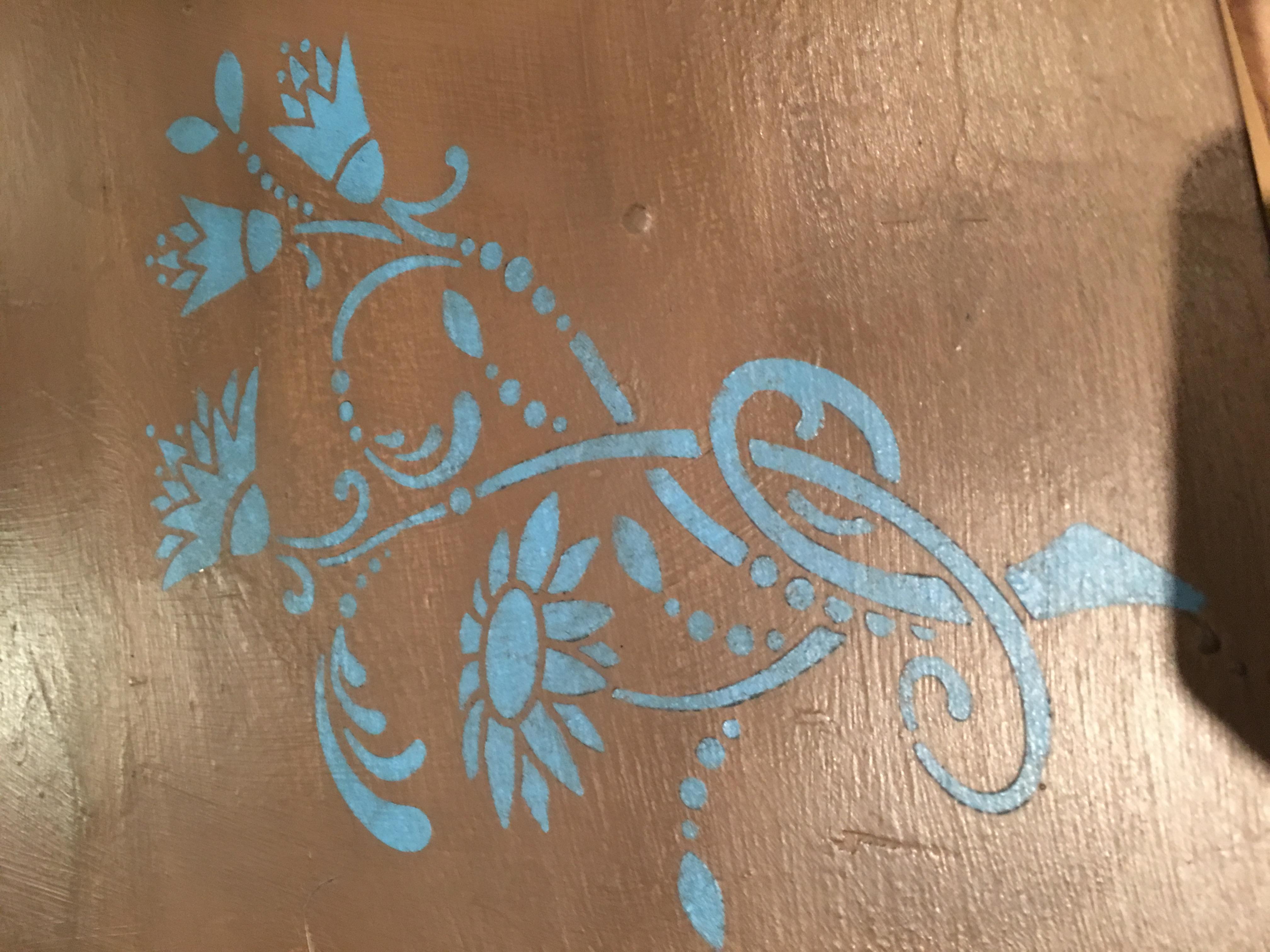 Giverny er en lys, glad, ren, kølig blå i Annie Sloan paletten. Det er nær grønnere vifte af blues, uden nogen rød i det. Det er en perfekt farve til en moderne moderne palet, og ser flot ud med lyse, varme farver (såsom Barcelona Orange og Scandinavian Pink) og kølige neutrale (såsom Paloma) samt greens fra Annie Sloan sortiment. Giverny er opkaldt efter den landsby i det nordlige Frankrig, hvor Claude Monet boede og denne geniale blå var især populær i begyndelsen af det 20. århundrede interiør.